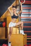 Η γυναίκα συμμετέχει στη γυμναστική Στοκ εικόνα με δικαίωμα ελεύθερης χρήσης