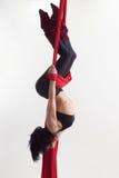 Η γυναίκα συμμετέχει στο εναέριο acrobatics Στοκ Εικόνες