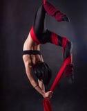 Η γυναίκα συμμετέχει στο εναέριο acrobatics Στοκ Φωτογραφία