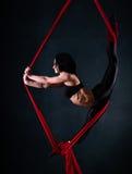 Η γυναίκα συμμετέχει στο εναέριο acrobatics Στοκ εικόνες με δικαίωμα ελεύθερης χρήσης