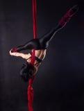 Η γυναίκα συμμετέχει στο εναέριο acrobatics Στοκ Εικόνα