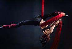 Η γυναίκα συμμετέχει στο εναέριο acrobatics Στοκ Φωτογραφίες