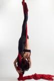 Η γυναίκα συμμετέχει στο εναέριο acrobatics Στοκ εικόνα με δικαίωμα ελεύθερης χρήσης