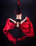 Η γυναίκα συμμετέχει στο εναέριο acrobatics Στοκ φωτογραφία με δικαίωμα ελεύθερης χρήσης