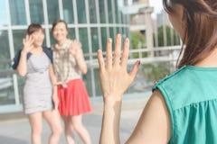 Η γυναίκα συναντά τους φίλους της στοκ φωτογραφία με δικαίωμα ελεύθερης χρήσης
