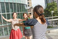 Η γυναίκα συναντά τους φίλους της στοκ φωτογραφίες με δικαίωμα ελεύθερης χρήσης