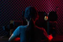 Η γυναίκα συνδέει τα κοινωνικά μέσα με τον υπέρ εξοπλισμό στοκ εικόνα με δικαίωμα ελεύθερης χρήσης
