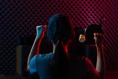 Η γυναίκα συνδέει τα κοινωνικά μέσα με τον υπέρ εξοπλισμό στοκ φωτογραφία με δικαίωμα ελεύθερης χρήσης