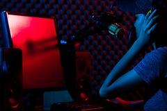 Η γυναίκα συνδέει τα κοινωνικά μέσα με τον υπέρ εξοπλισμό στοκ φωτογραφίες
