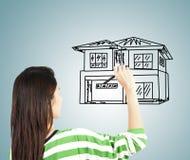 Η γυναίκα σύρει το σπίτι στοκ εικόνες