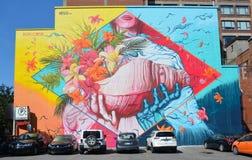 Η γυναίκα τέχνης οδών κρατά ένα κοχύλι Στοκ Εικόνες