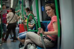 Η γυναίκα ταξιδεύει overground το μετρό το απόγευμα στη Μαδρίτη Στοκ εικόνα με δικαίωμα ελεύθερης χρήσης