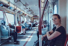 Η γυναίκα ταξιδεύει overground το μετρό το απόγευμα Στοκ φωτογραφίες με δικαίωμα ελεύθερης χρήσης