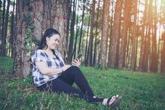 Η γυναίκα της Ασίας χαλαρώνει Στοκ Εικόνες