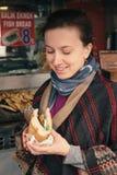Η γυναίκα τουριστών απολαμβάνει τα παραδοσιακά τουρκικά τρόφιμα οδών στη Ιστανμπούλ στοκ εικόνες