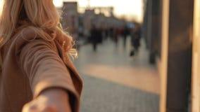 Η γυναίκα τουριστών με ακολουθεί που κρατώ το χέρι μου περπατώντας κατά μήκος της οδού πόλεων απόθεμα βίντεο
