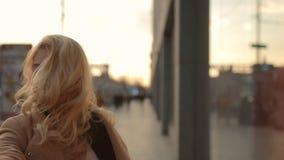 Η γυναίκα τουριστών με ακολουθεί που κρατώ το χέρι μου περπατώντας κατ φιλμ μικρού μήκους