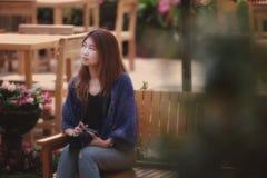 Η γυναίκα τουριστών της Ασίας κάθεται στον κήπο λουλουδιών στο βουνό Tha angkhang Στοκ Εικόνες