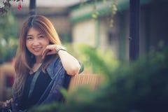 Η γυναίκα τουριστών της Ασίας κάθεται στον κήπο λουλουδιών στο βουνό Tha angkhang Στοκ Φωτογραφίες