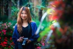 Η γυναίκα τουριστών της Ασίας παίρνει τη φωτογραφία στον κήπο λουλουδιών στο angkhang τοποθετεί Στοκ Εικόνα