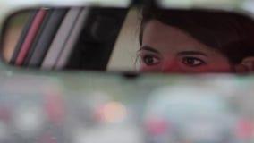 Η γυναίκα τράβηξε, οπισθοσκόπος καθρέφτης 1080p hd απόθεμα βίντεο