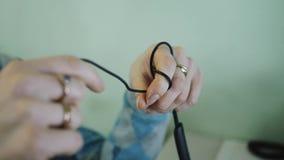 Η γυναίκα τραβά το καλώδιο στο δάχτυλό σας φιλμ μικρού μήκους