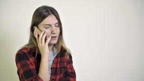 Η γυναίκα υποστηρίζει με το φίλο της στο τηλέφωνο φιλμ μικρού μήκους