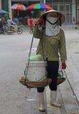 Η γυναίκα φέρνει ένα φορτίο στον ώμος-ζυγό Στοκ εικόνες με δικαίωμα ελεύθερης χρήσης