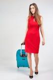 Η γυναίκα φέρνει τις αποσκευές σας στο τερματικό αερολιμένων Στοκ Εικόνα