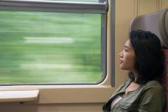 Η γυναίκα φαίνεται έξω το παράθυρο του τραίνου Στοκ Φωτογραφίες