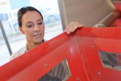 Η γυναίκα φθάνει έξω στο κόκκινο κιβώτιο Στοκ φωτογραφίες με δικαίωμα ελεύθερης χρήσης