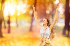 Η γυναίκα φθινοπώρου, ευτυχές νέο κορίτσι, επιπλέουσες πρότυπες ανοικτές αγκάλες φωνάζει μέσα Στοκ Εικόνες