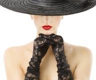 Η γυναίκα φορά γάντια στα ευρέα κόκκινα χείλια καπέλων χείλων, κορίτσι στο μαύρο καπέλο Widebrim Στοκ Εικόνα