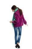Η γυναίκα φορά το πορφυρό παλτό Στοκ Φωτογραφίες