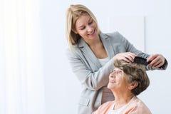 Η γυναίκα φροντίζει τη γιαγιά Στοκ Εικόνες