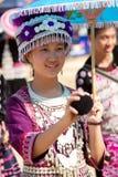 Η γυναίκα φυλών λόφων Hmong παίζει μια σφαίρα. Στοκ Εικόνα