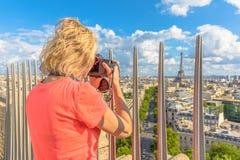 Η γυναίκα φωτογραφίζει τον πύργο του Άιφελ Στοκ φωτογραφία με δικαίωμα ελεύθερης χρήσης