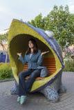 Η γυναίκα χαλαρώνει σε έναν αστείο πάγκο Στοκ Εικόνες