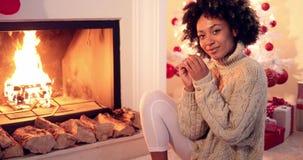 Η γυναίκα χαμογελά στη κάμερα φορώντας το πουλόβερ φιλμ μικρού μήκους