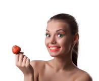 Η γυναίκα χαμόγελου προσφέρει στην προτίμησή σας το ώριμο κεράσι στοκ φωτογραφία με δικαίωμα ελεύθερης χρήσης
