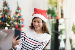 Η γυναίκα χαμόγελου της Ασίας παίρνει selfie τη φωτογραφία με το κινητό τηλέφωνο με τη θαμπάδα γ Στοκ Εικόνες