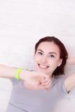 Η γυναίκα χαμόγελου φαίνεται έξυπνο ρολόι Στοκ εικόνες με δικαίωμα ελεύθερης χρήσης