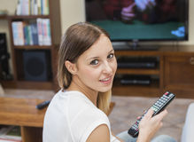 Η γυναίκα χαλαρώνει τη TV Στοκ φωτογραφίες με δικαίωμα ελεύθερης χρήσης
