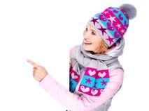 Η γυναίκα χειμερινό outerwear κρατά το έμβλημα και δείχνει σε το Στοκ Φωτογραφία
