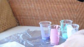 Η γυναίκα χεριών προετοιμάζει και χρωματίζει τα χρώματα για το σχεδιασμό μιας εικόνας της ρευστής τέχνης 4k φιλμ μικρού μήκους