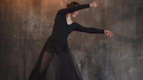 Η γυναίκα χορευτών κινείται στον ισπανικό παραδοσιακό χορό σε μια σκοτεινή κατηγορία φιλμ μικρού μήκους