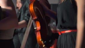 Η γυναίκα χορεύει κρατώντας ένα βιολί φιλμ μικρού μήκους