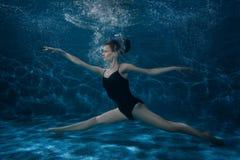 Η γυναίκα χορεύει στο κατώτατο σημείο κάτω από το νερό στοκ φωτογραφία