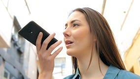 Η γυναίκα χρησιμοποιεί την αναγνώριση φωνής στο έξυπνο τηλέφωνο απόθεμα βίντεο
