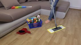Η γυναίκα χρησιμοποιεί τη σφουγγαρίστρα στο πάτωμα απόθεμα βίντεο